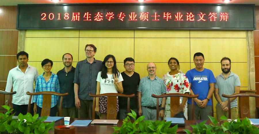 Ruchuan and Wenjing surrounded by the thesis evaluation committee. -- 贺如川和周文婧与答辩组专家合影